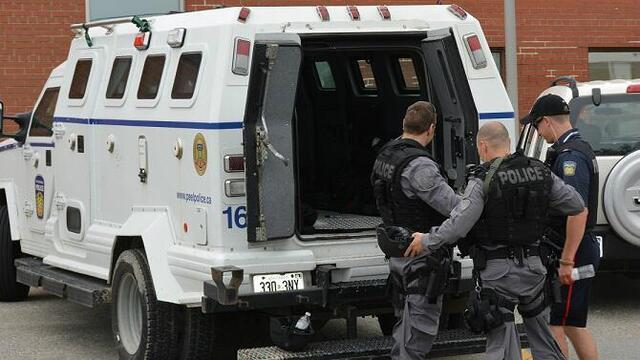 Photo of Police officers charged organized crime group getting into Mississauga houses